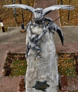 Памятник с орлами